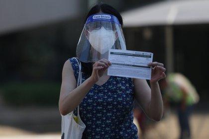 A pesar de que la pandemia está relativamente controlada, no te confíes y mantén las medidas sanitarias como hasta ahora (Foto: Sáshenka Gutiérrez/ EFE)
