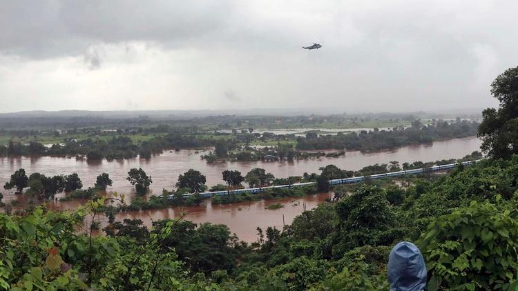 Un helicóptero de rescate sobrevuela el Mahalaxmi Express (AP Photo/Mahesh More)