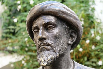 Moshé ben Maimón, más conocido como Maimónides, según la escultura de Amadeo Ruiz Olmos en Córdoba, Andalucía (detalle)