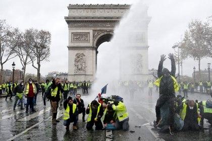 """Los """"chalecos amarillos"""" frente al Arco del Triunfo(Reuters)"""