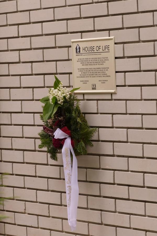 """La placa que distingue a las """"Casas de Vida""""identificadas por la Fundación Wallenberg"""