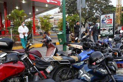 Imagen de archivo del enfermero José Bueno esperando en una fila para obtener gasolina en una estación de combistibles de PDVSA en Caracas, Venezuela, Abril 7, 2020. REUTERS/Manaure Quintero