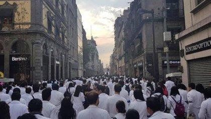 """El martes 9 de abril médicos residentes del Hospital General de México """"Dr. Eduardo Liceaga"""" se reunieron en la plancha del Zócalo de Ciudad de México (Foto: @bubafonck)"""