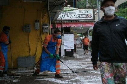 Los limpiadores desinfectan las calles de la favela de Rocinha durante el brote de la enfermedad coronavirus (COVID-19), en Río de Janeiro, Brasil, el 10 de abril de 2020. REUTERS