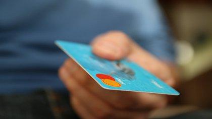 La merma en el costo de endeudarse con una tarjeta de crédito básica no se viene dando en sintonía con la de las tasas pasivas de los bancos.
