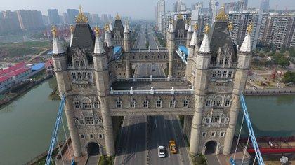 El puente copiado en la ciudad de China se diferencia por las cuatro torres en vez de dos (EFE)