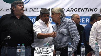 Pablo Moyano escucha a su padre Hugo; al lado de los dos, Ricardo Pignanelli (Foto: Nico Stulberg)