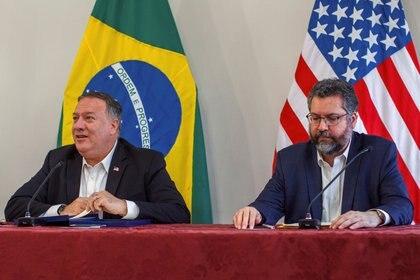 El Secretario de Estado de EE.UU. Mike Pompeo y el Ministro de Relaciones Exteriores de Brasil Ernesto Araujo asisten a una conferencia de prensa en Boa Vista, estado de Roraima, Brasil, el 18 de septiembre de 2020. Bruno Mancinelle/OIM/Pool vía REUTERS