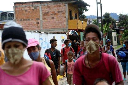 Migrantes venezolanos caminan hacia la frontera entre Venezuela y Colombia durante el brote de COVID-19 en San Cristóbal (REUTERS/Carlos Eduardo Ramírez)