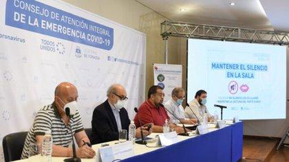 El ministro Jorge González (centro de la imagen) encabezó el parte informativo de esta jornada