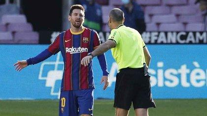 Soccer Football - La Liga Santander - FC Barcelona v Osasuna - Camp Nou, Barcelona, Spain - November 29, 2020  FC Barcelona's Lionel Messi remonstrates with the referee REUTERS/Albert Gea