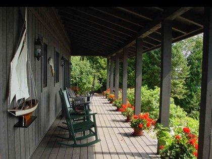 La vegetación rodea cada rincón de la casa (Foto: Berkshire Hathaway)