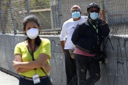 Residentes venezolanos usan mascarillas protectoras durante la cuarentena en Caracas por la epidemia del coronavirus. Marzo17, 2020.   REUTERS/Manaure Quintero