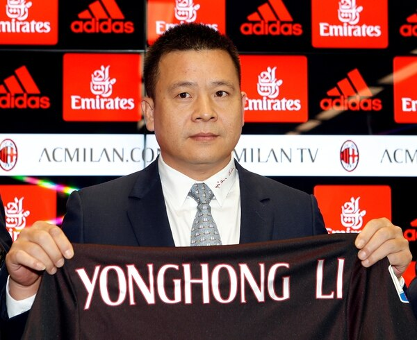 Yonghong Li shows cuando arribó al AC Milan (Reuters/ Alessandro Garofalo)