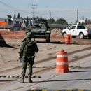 """Agentes militares entraron """"por la fuerza"""" a la privada y, presuntamente, también derribaron la caseta de la entrada (Foto: EFE/José Méndez/Archivo)"""