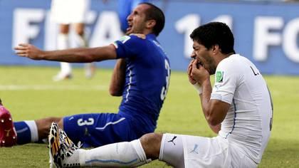 Suárez mordió a Chiellini en un partido entre la selección italiana y Uruguay durante el Mundial de Brasil 2014