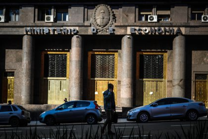 El déficit primario registrado en el undécimo mes del año implica un salto del 817,5  % en relación al resultado negativo por 6.397 millones de pesos (72,4 millones de dólares) verificado en noviembre de 2019. EFE/Juan Ignacio Roncoroni/Archivo