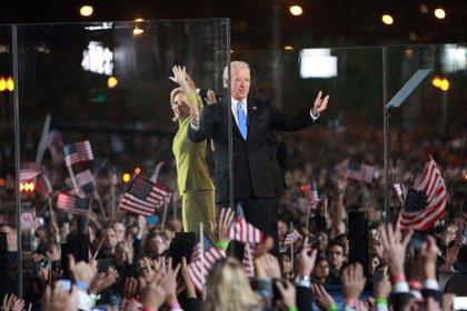 El patrimonio de los Biden llega a los USD 9 millones, sobre todo por contratos por libros: ambos publicaron sus autobiografías, Promises To Keep (él) y Where The Light Enters (ella). (Stephen Douglass/Shutterstock)