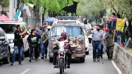 La caravana de Salgado Macedonio se instaló en las afueras del INE de donde prometieron irse con la candidatura en las manos (Foto: Cuartoscuro)