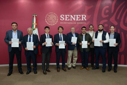 Representantes de las empresas ganadoras de la licitación (Foto: cortesía)