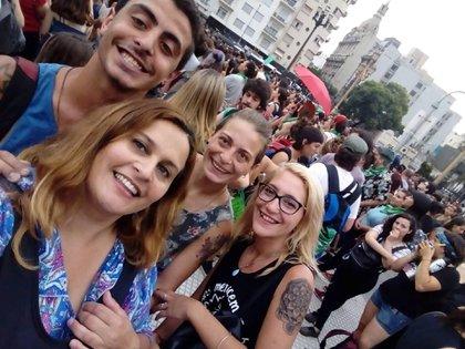 Junto a Marian, una de sus hijas, y Rocío, su nuera, en una marcha a favor del aborto legal
