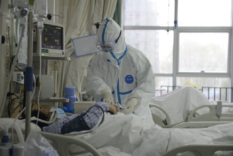 Un médico atiende a un paciente en el Hospital Central de Wuhan (THE CENTRAL HOSPITAL OF WUHAN VIA WEIBO/Handout via REUTERS)