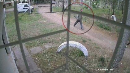 La cámara de seguridad que hizo instalar la dueña en el exterior de la vivienda registró a uno de los ocupantes con un arma