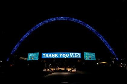 """El estadio de Wembley con el mensaje  """"Gracias NHS"""" para los médicos británicos que combaten el coronavirus (REUTERS)."""
