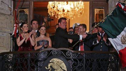 Aristóteles y Lorena con sus familias durante el Grito de Libertad en el Palacio de Gobierno de Jalisco (Foto: Quartoscoro)