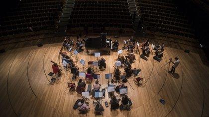 Lavandera dirigiendo el ensayo de la Orquesta Clásica Argentina