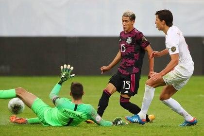 Así anotó Antuna el primer gol del encuentro (Foto: REUTERS/Henry Romero)