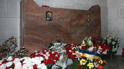 La tumba de Enzo Ferrari en el Cementerio de San Cataldo, en Módena, su lugar en el mundo (AP)