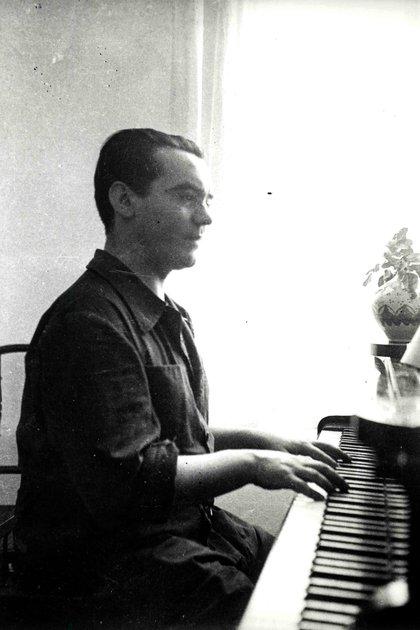 Federico García Lorca tocando el piano en La Huerta de San Vicente
