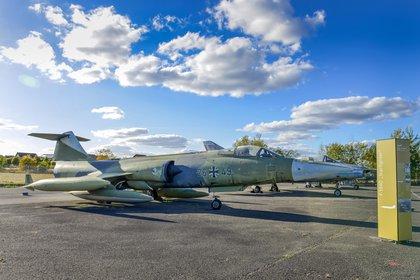 """Un caza F-104G Starfighter, de origen estadounidense, con las insignias de la nueva Luftwaffe. Esta aeronave causó numerosos accidentes desde que entró en servicio alemán en 1965 y se la conocía como la """"hacedora de viudas"""" (Grosby)"""