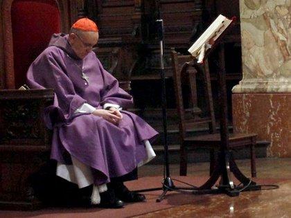 El cardenal Jorge Bergoglio. Como Papa, siguió usando los mismos zapatos negros que luce en esta fotografía (DyN)