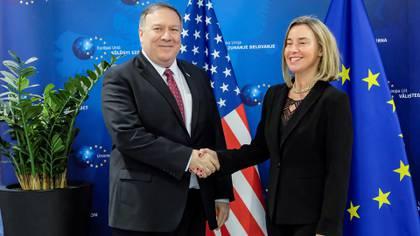 Mike Pompeo saluda a Federica Mogherini (Reuters)