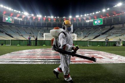 Así desinfectar el Maracaná para la disputa de los partidos del Campeonato Carioca (REUTERS)
