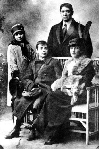 Foto familiar de los Borges. Parados, Norah y Jorge Guillermo; sentados, Jorge Luis y su madre, Leonor Acevedo Suárez