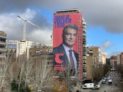 La gigantografía a metros del Santiago Bernabéu
