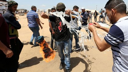Palestinos en Gaza preparan una cometa incendiaria para lanzar sobre Israel (Reuters)