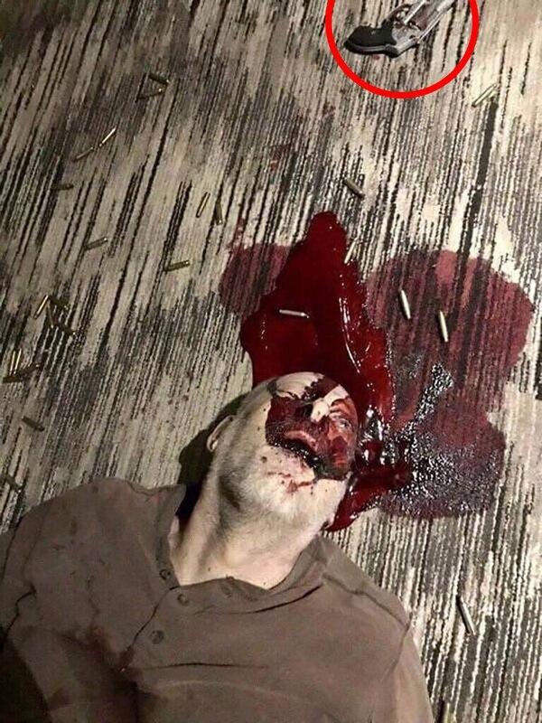 En círculo rojo, el revólver con el que Stephen Paddock se habría quitado la vida