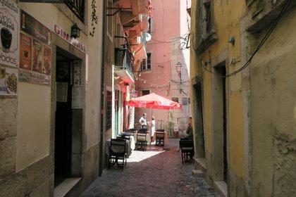 Una calle vacía en el céntrico barrio lisboeta de Alfama. EFE/ Cynthia de Benito
