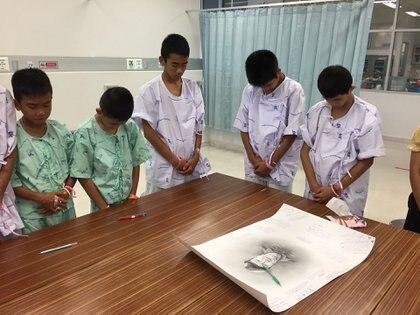 Los niños rindieron homenaje al buzo héroe (AFP)