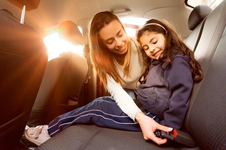 Para las familias que salen a la ruta con niños pequeños es de central importancia elegir con cuidado el sistema de seguridad infantil (Shutterstock)