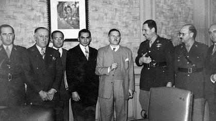Juan Perón reunido con algunos de sus colaboradores del Consejo Nacional de Posguerra