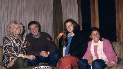 Héctor Larrea su esposa y sus hijas. (Archivo GENTE)