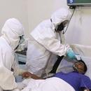 Foto de archivo. Personal médico revisa la temperatura de un paciente dentro del hospital militar del Campo Militar No. 1, que atiende a pacientes con síntomas de la enfermedad por coronavirus (COVID-19) en la Ciudad de México, México, 3 de noviembre de 2020. REUTERS/Henry Romero