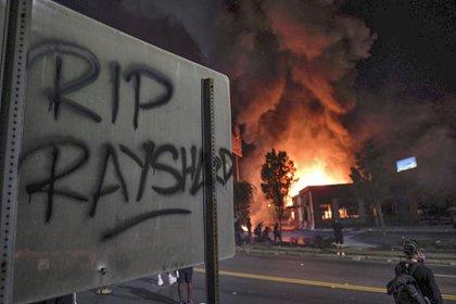 El incendio y los graffitis por la muerte de Brooks (AP)