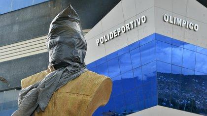 El busto de Evo Morales estaba cubierto con una tela (EFE/Jorge Abrego)