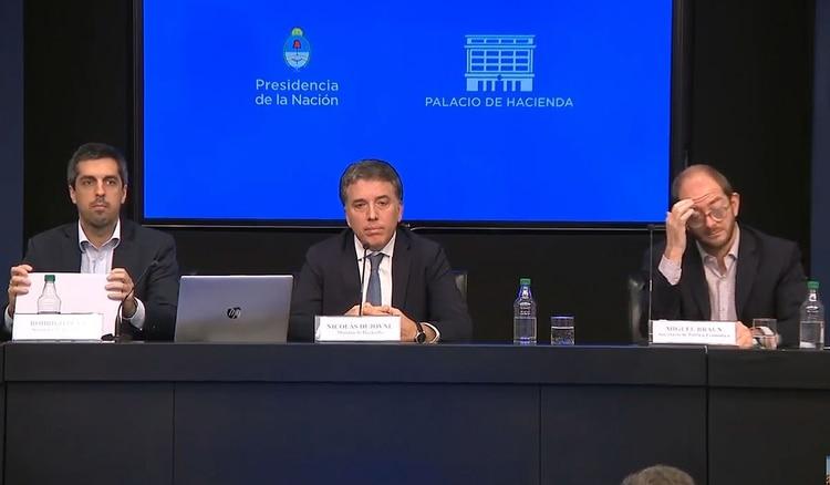 Nicolás Dujovne, ministro de Hacienda (centro). Las Letras del Tesoro en dólares licitadas por su cartera son la primera opción recomendada de cara a las elecciones